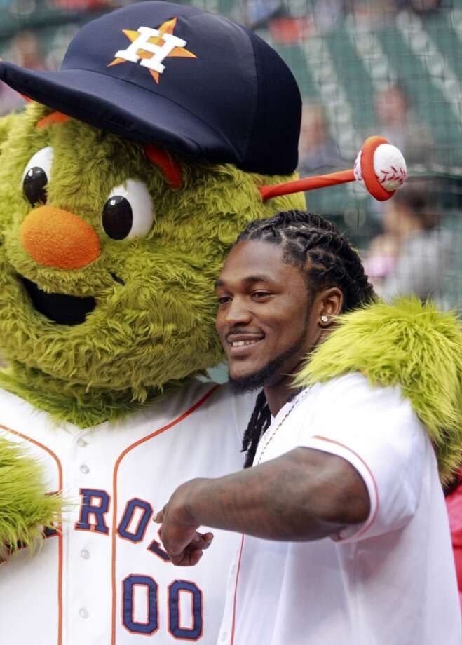 Texans player D.J. Swearinger poses with the Astros mascot Obit. Photo: Melissa Phillip, Houston Chronicle