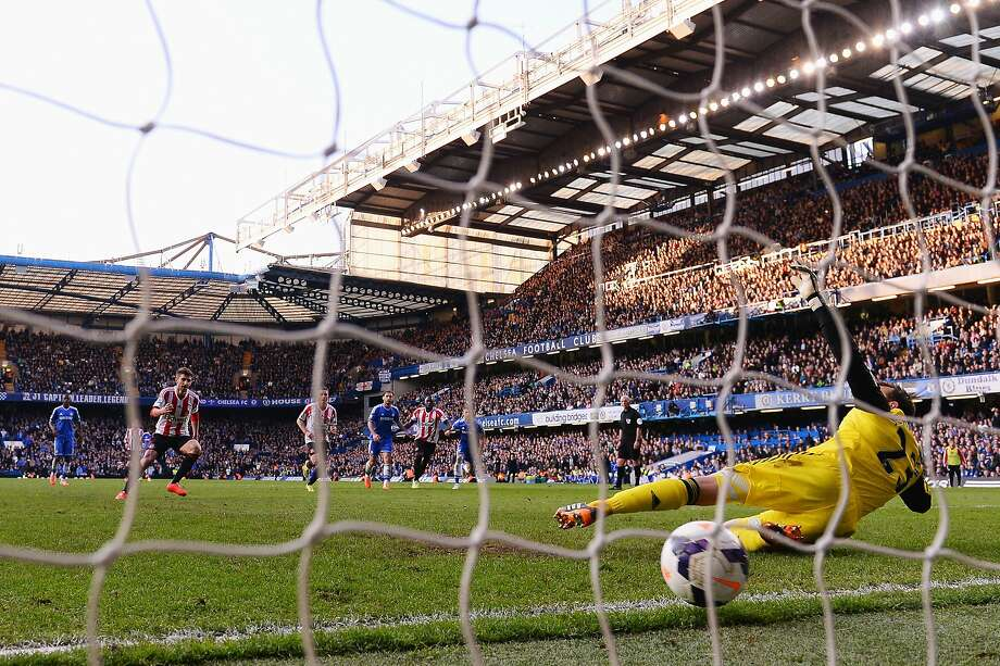 Sunderland's Fabio Borini (left) scores from the penalty spot past Chelsea keeper Mark Schwarzer. Photo: Mike Hewitt, Getty Images