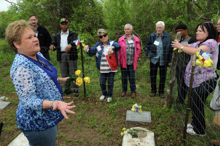Bobbie Wilson, left, of Pattison, TX., talks to reunion attendees about plans for the care taking of the Foley Cemetery in Hallettsville. Photo: Jerry Baker, For The Chronicle