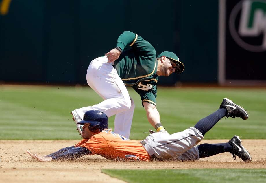 Jose Altuve #27 of the Astros steals second base. Photo: Ezra Shaw, Getty Images