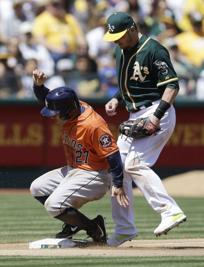 Jose Altuve, left, steals third base. Photo: Ben Margot, Associated Press