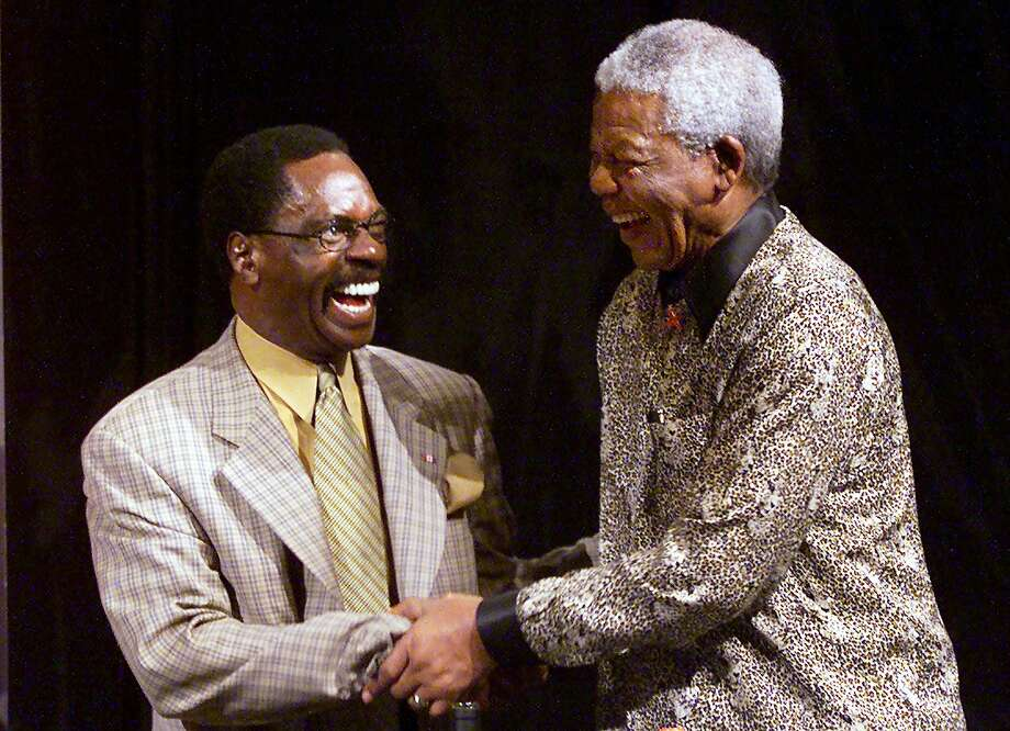 Rubin 'Hurricane' Carter (left) meets former South African President Nelson Mandela in Melbourne, Australia, in 2000. Photo: Torsten Blackwood, AFP/Getty Images