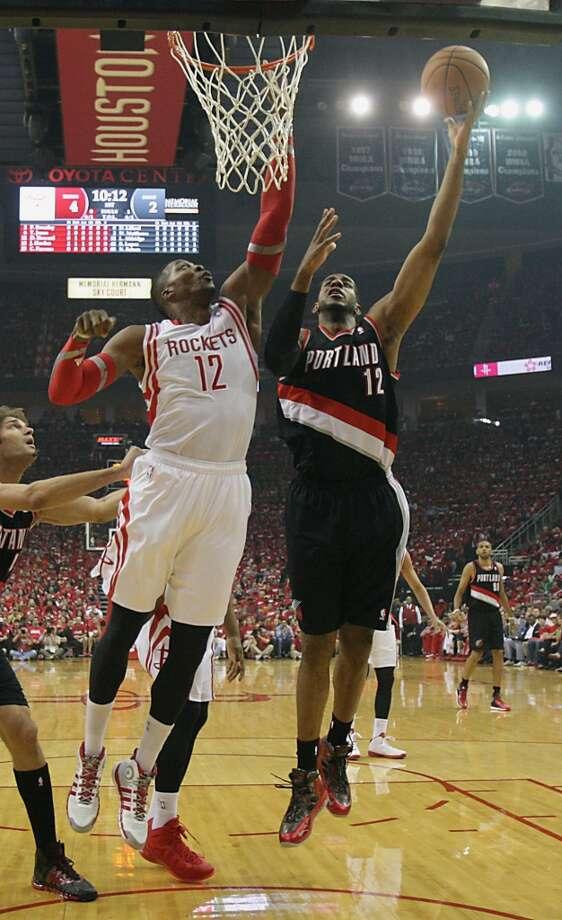 Rockets center Dwight Howard left, blocks a shot by Trail Blazers forward LaMarcus Aldridge. Photo: James Nielsen, Houston Chronicle