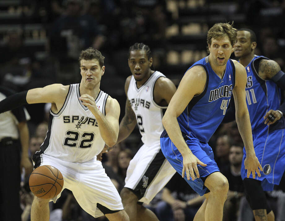 Tiago Splitter (left), Kawhi Leonard and the Spurs benefited from a 4-of-14 performance from Dirk Nowitzki in Game 1. Photo: Jerry Lara / San Antonio Express-News / ©2014 San Antonio Express-News