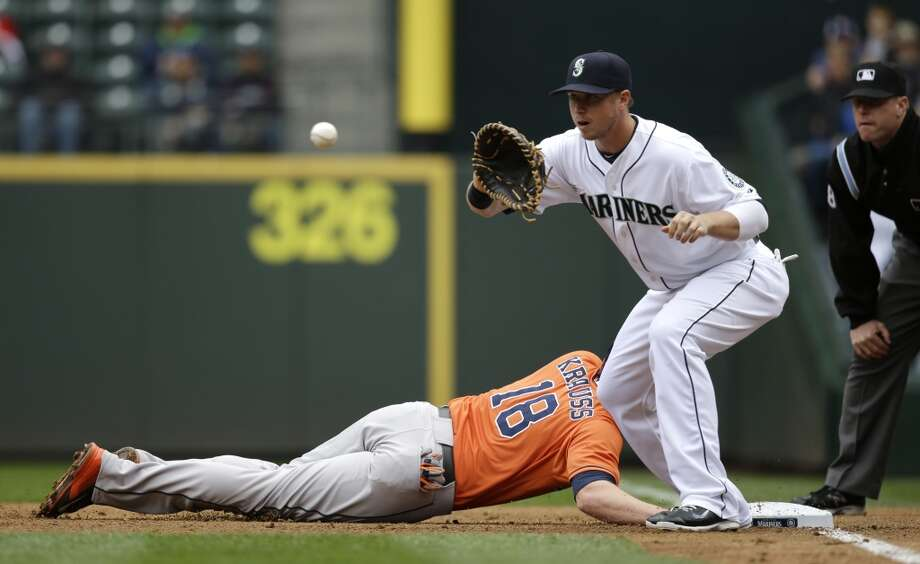 Mariners first baseman Justin Smoak, right, caches on a pick-off attempt on Astros' Marc Krauss. Photo: Elaine Thompson, Associated Press