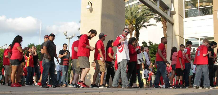 Fans arrive at Toyota Center for game 2 of the Western Conference playoffs. Photo: James Nielsen, Houston Chronicle