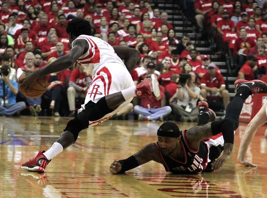 Rockets guard Patrick Beverley beats out Trail Blazers guard Mo Williams to a loose ball. Photo: James Nielsen, Houston Chronicle