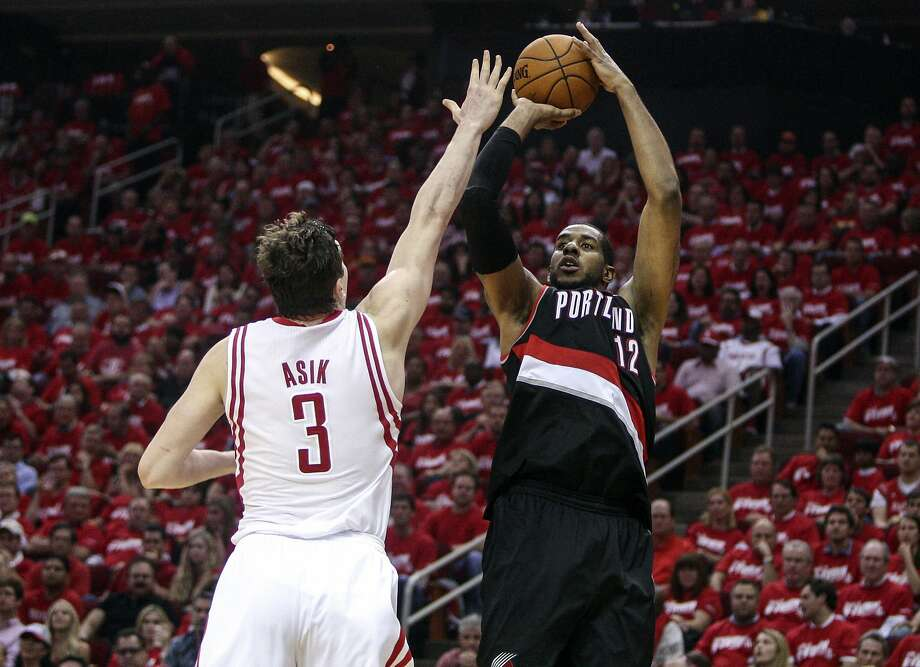 Portland's LaMarcus Aldridge (right) has two straight 40-point games. Photo: Troy Taormina, Reuters