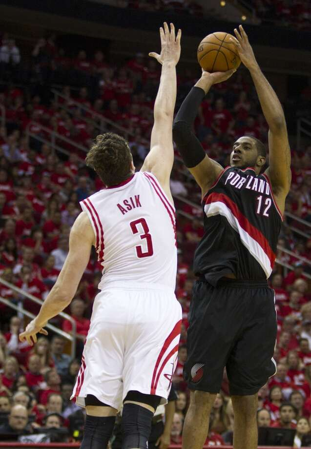 Trail Blazers forward LaMarcus Aldridge (12) shoots over Rockets center Omer Asik. Photo: Brett Coomer, Houston Chronicle