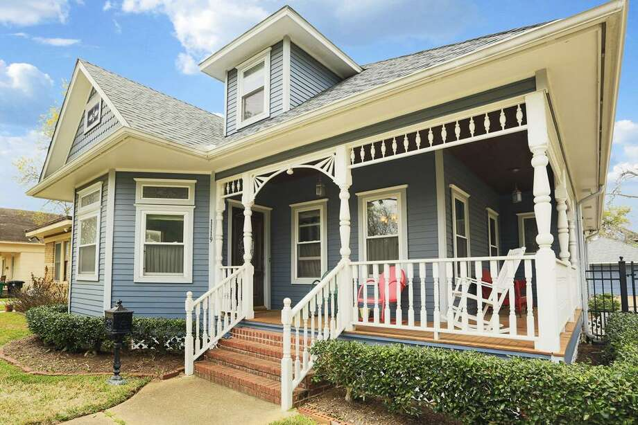 1119 Columbia: This 1988 home has 3 bedrooms, 2.5 bathrooms, 2,717 square feet, and is listed for $850,000. Photo: Houston Association Of Realtors
