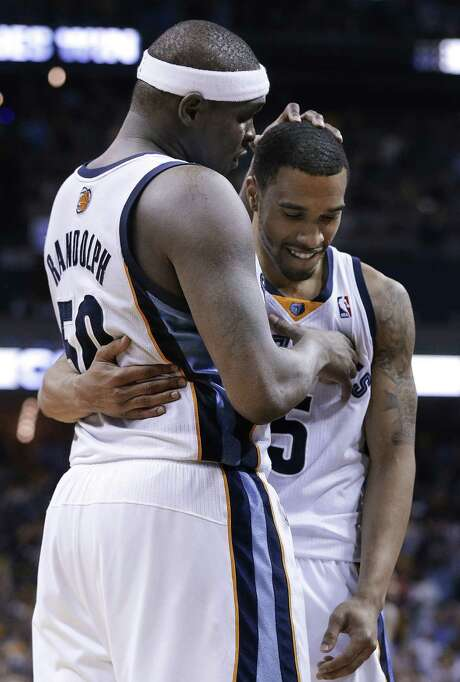 Memphis guard Courtney Lee (right) receives congratulations from forward Zach Randolph after sinking a crucial free throw in the final seconds. Photo: Mark Humphrey / Associated Press / AP
