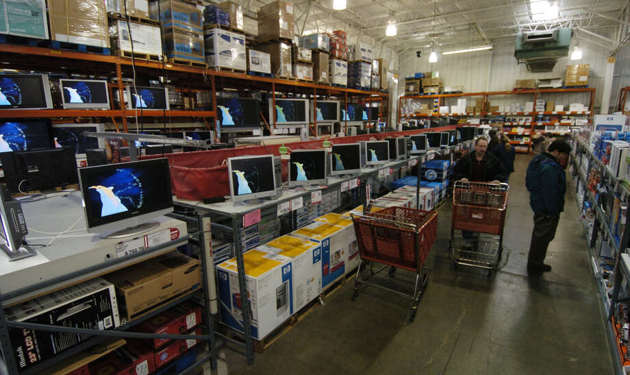 Shoppers in BJ's Wholesale search the isles for items such as plasma screen tv's and other high end items that wouldn't ordinarily be found in a wholesale big box store. (Times Union archive) Photo: SKIP DICKSTEIN / ALBANY TIMES UNION