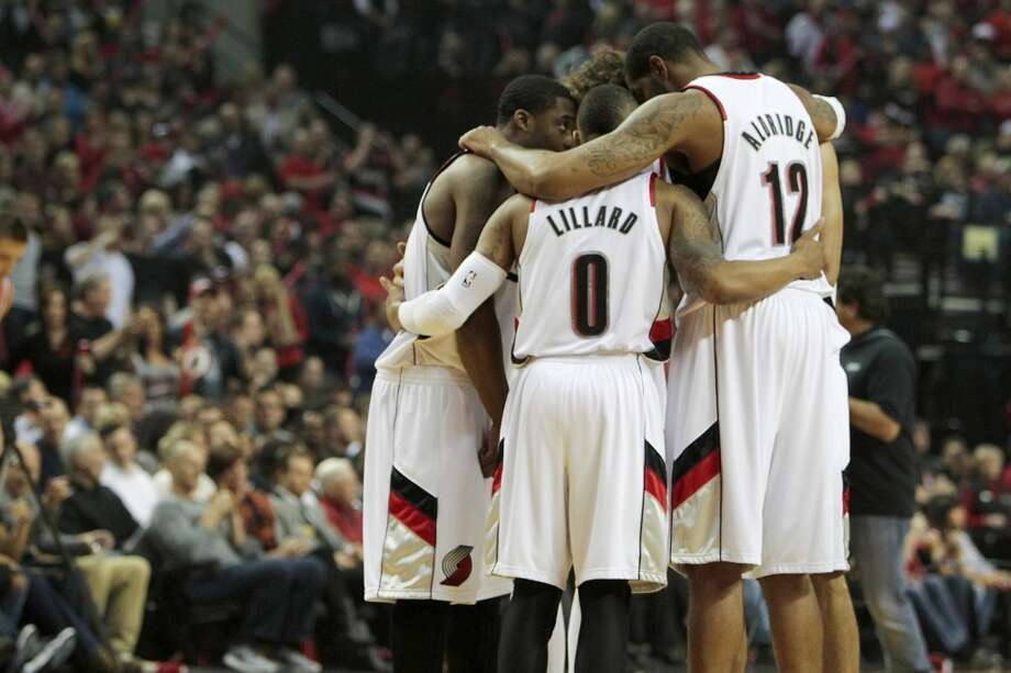 The Blazers starting five huddle before the first half of Game 3. Photo: James Nielsen, Houston Chronicle