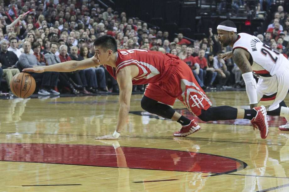 Houston's Jeremy Lin tries to save the ball against Portland's Mo Williams. Photo: James Nielsen, Houston Chronicle
