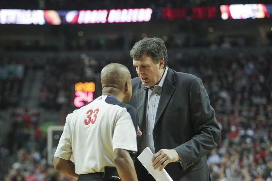 Houston coach Kevin McHale argues with a referee during the first half. Photo: James Nielsen, Houston Chronicle