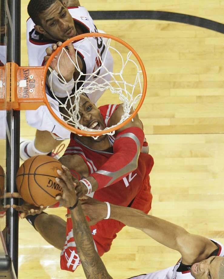 Rockets center Dwight Howard fights for a rebound during the second half. Photo: James Nielsen, Houston Chronicle