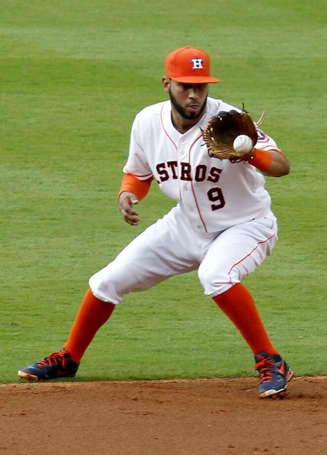 Astros shortstop Marwin Gonzalez (9) fields Athletics first baseman Brandon Moss' ground ball. Photo: Thomas B. Shea, For The Chronicle