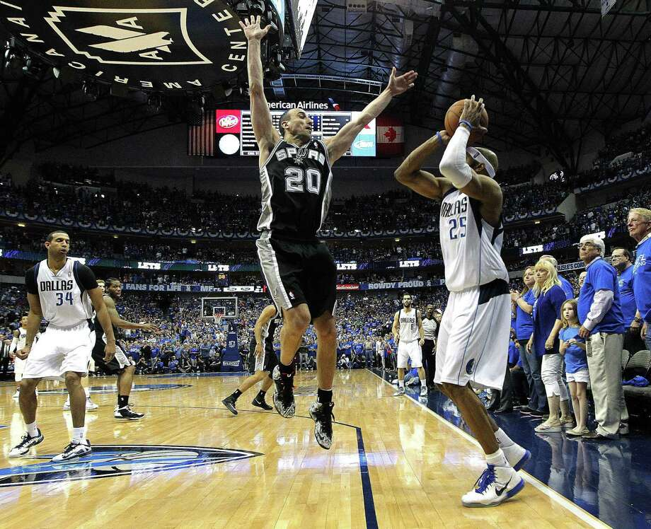 The Mavericks' Vince Carter draws the Spurs' Manu Ginobili into the air just before shooting the game-winning shot. Photo: Ron Jenkins / Fort Worth Star-Telegram / Fort Worth Star-Telegram