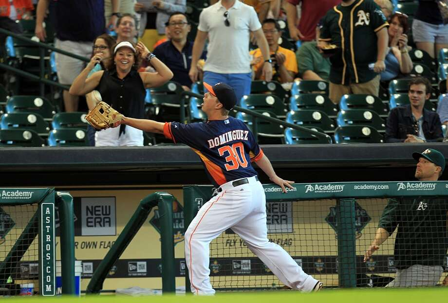 Astros third baseman Matt Dominguez catches a foul ball. Photo: Mayra Beltran, Houston Chronicle