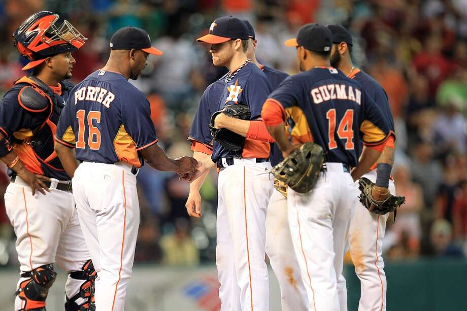 Astros starting pitcher Collin McHugh is replaced by Raul Valdes in the top of the 9th inning. Photo: Mayra Beltran, Houston Chronicle