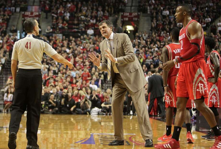 Rockets head coach Kevin McHale argues a call with referee Ken Mauer. Photo: James Nielsen, Houston Chronicle