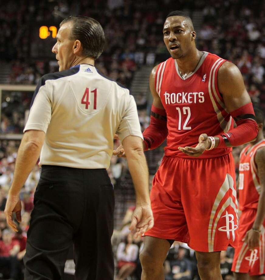 Rockets center Dwight Howard argues a call with referee Ken Mauer. Photo: James Nielsen, Houston Chronicle