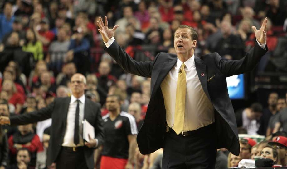 Trail Blazers head coach Terry Stotts calls out a play. Photo: James Nielsen, Houston Chronicle