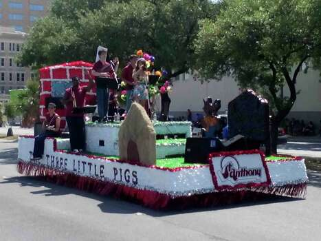 St. Anthony High School students had a float take part in the Fiesta Battle of Flowers Parade on Friday. Photo: Edmond Ortiz / Alamo Heights Wee