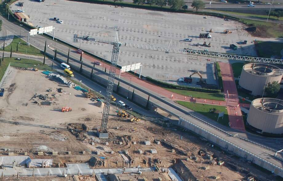 Construction is underway on a new parking garage at Hobby Airport. Photo: Houston Airport System / ONLINE_YES