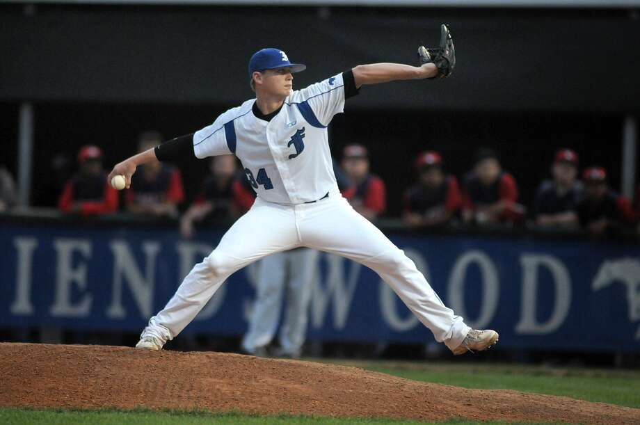 Friendswood junior pitcher Ryan Shetter works to a Pearland Dawson hitter. Photo: Jerry Baker, Freelance
