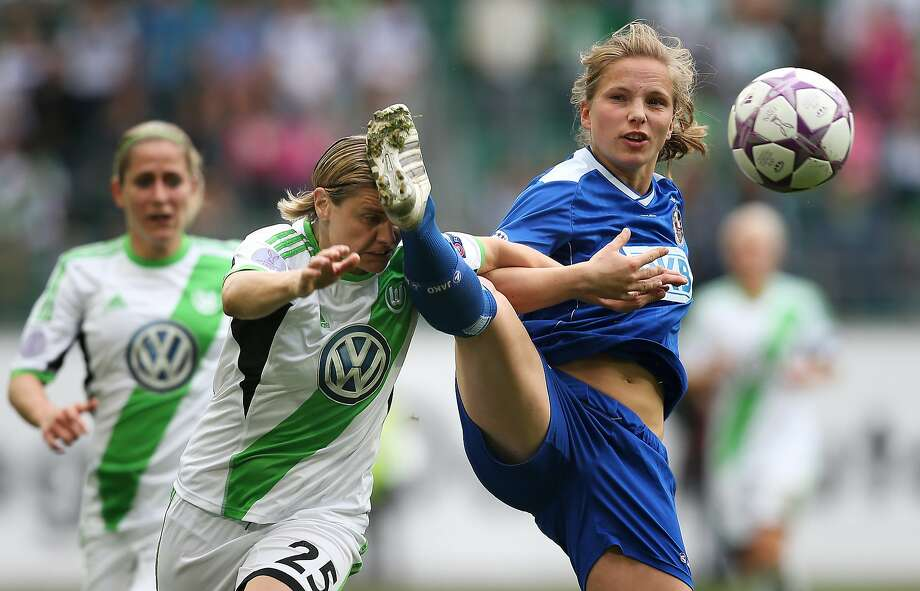 VW head-on collision:Tabea Kemme runs into the foot of Martina Mueller of Wolfsburg 