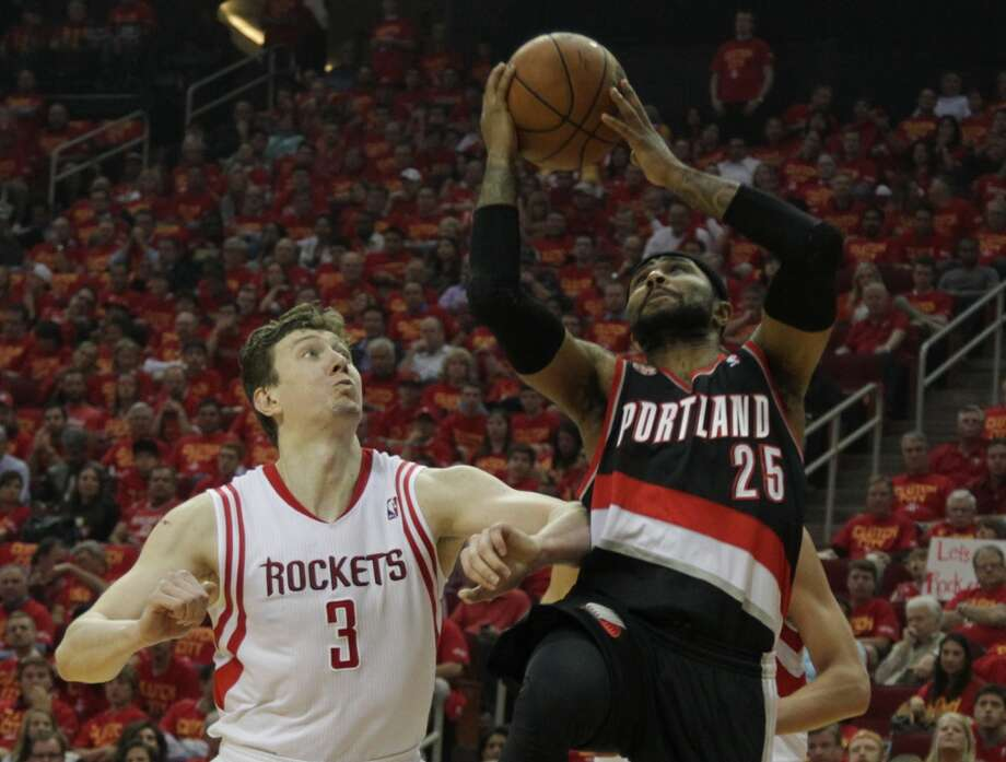 Trail Blazers guard Mo Williams right, shoots the ball as the Rockets center Omer Asik looks on. Photo: James Nielsen, Houston Chronicle