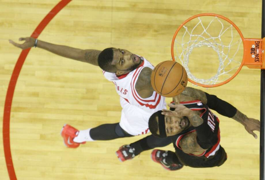 Trail Blazers guard Mo Williams beats out Rockets guard Troy Daniels to the basket. Photo: James Nielsen, Houston Chronicle
