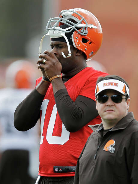 After signing Thursday, Vince Young stayed in Cleveland to study the Browns' playbook and work out. Photo: Mark Duncan, STF / AP