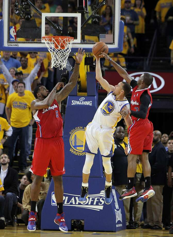 Stephen Curry (center), guarded by DeAndre Jordan (left) and Chris Paul in the second half, had 24 points and 9 assists. Photo: Carlos Avila Gonzalez, The Chronicle