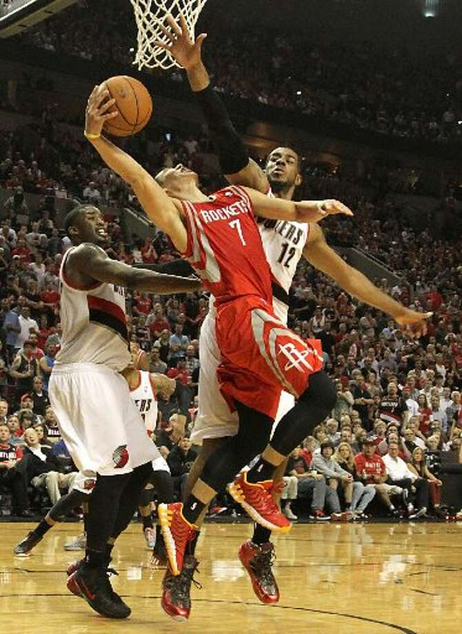Rockets guard Jeremy Lin (7) drives in against Portland Trail Blazers forward LaMarcus Aldridge (12) to the basket during the second quarter. Photo: James Nielsen, Houston Chronicle