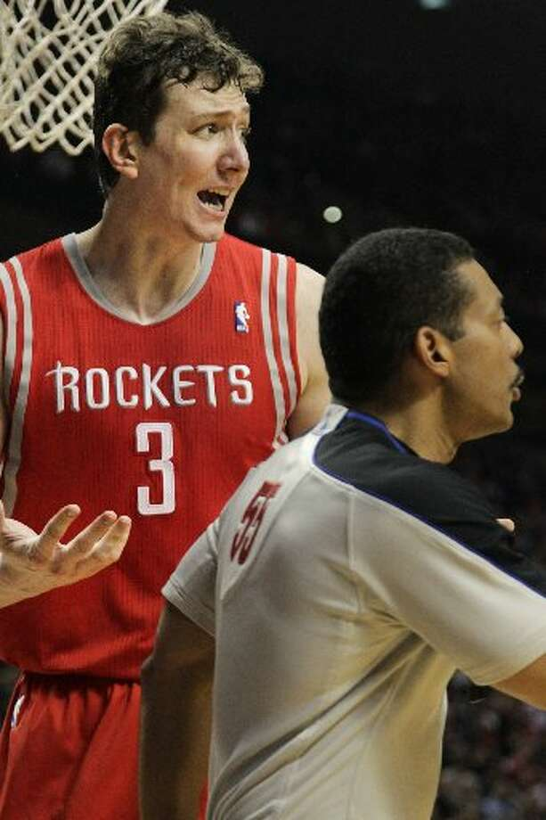 Rockets center Omer Asik (3) argues a call with referee Bill Kennedy (55) during the third quarter. Photo: James Nielsen, Houston Chronicle