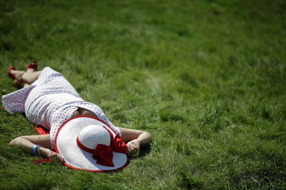 Jaclyn Linde of Madison, Wis. lies in the sun. Photo: David Goldman, AP / AP2014