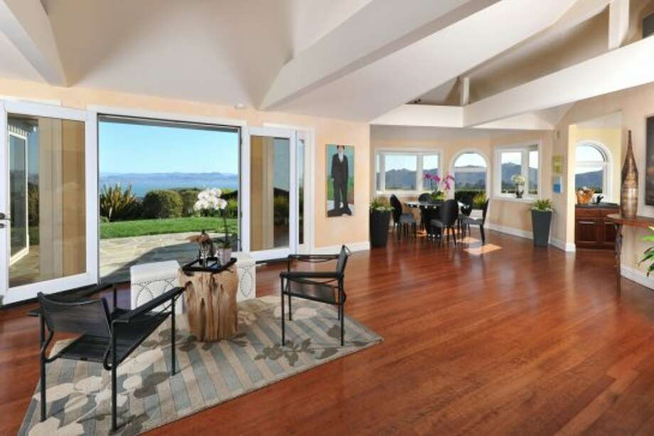 Living room with sweeping views. Photo by Chi Fang, courtesy Coldwell Banker. Photo: Chi Fang