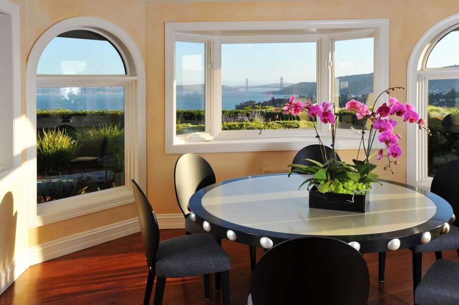 Dining with panorama. Photo by Chi Fang, courtesy Coldwell Banker. Photo: Chi Fang
