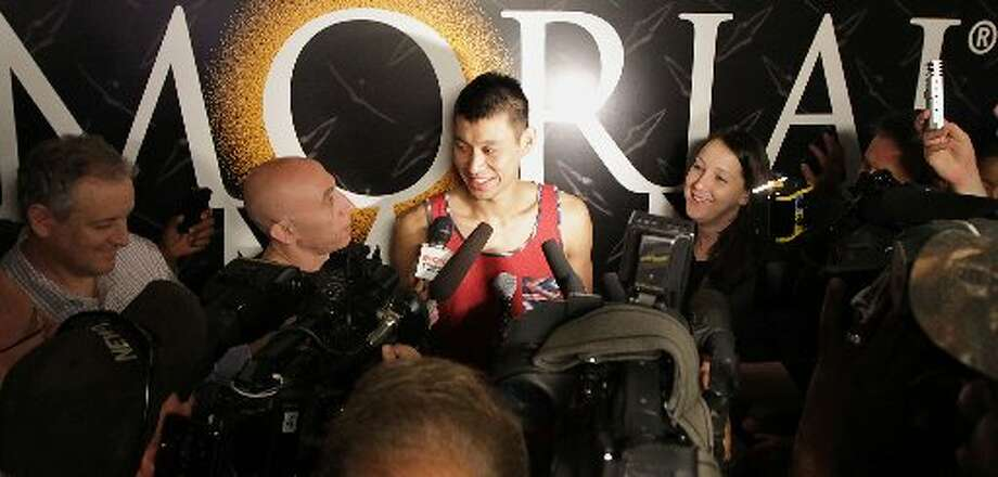 Jeremy Lin speaks to reporter. Photo: James Nielsen, Houston Chronicle