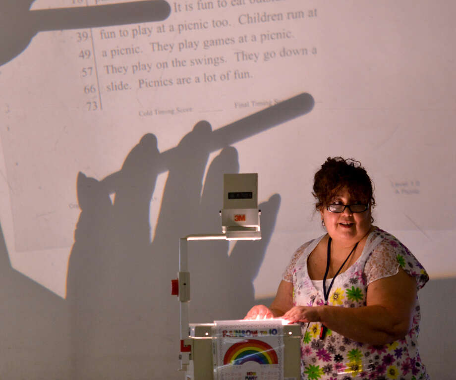 Loma Park first-grade teacher Diana Herrera conducts a session of the La Cena literacy program at the school recently. Photo: Robin Jerstad / For The Express-News