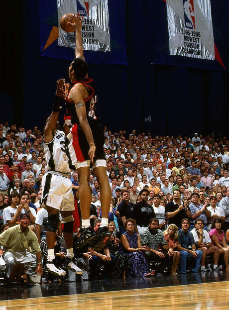 """Sean Elliott takes the """"Memorial Day Miracle"""" shot over Rasheed Wallace to beat the Trail Blazers in Game 2 of the 1999 West finals. Photo: Andrew D. Bernstein / Getty Images / 1999 NBAE"""
