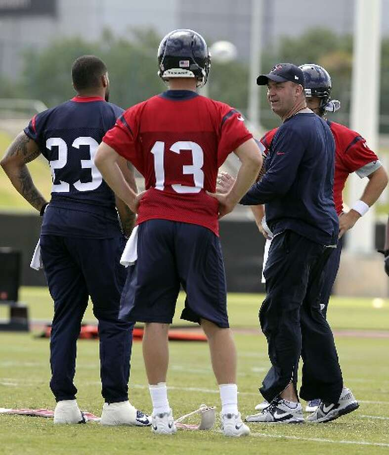 Texans head coach Bill O'Brien speaks with players during minicamp. Photo: James Nielsen, Houston Chronicle
