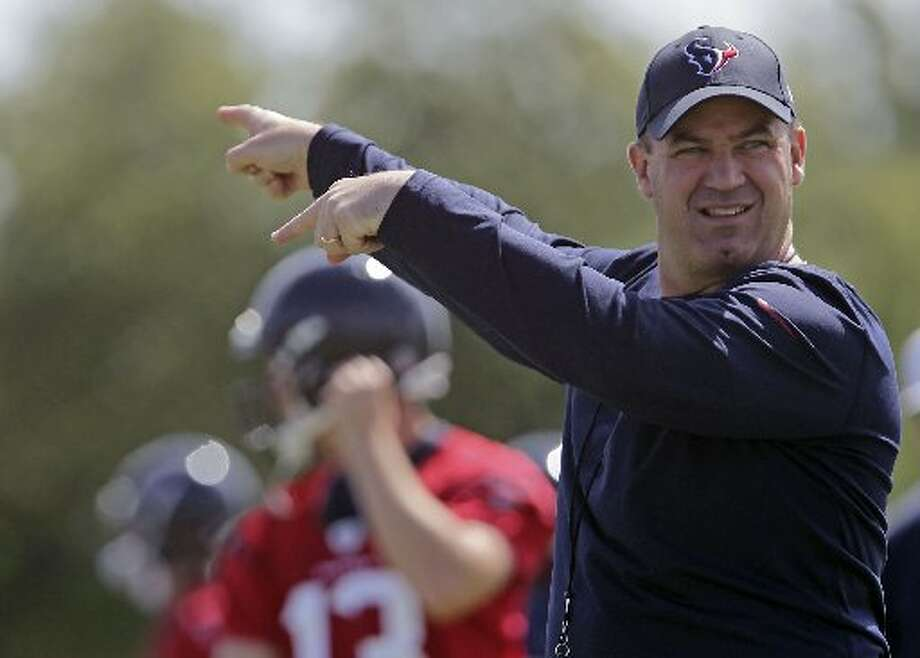 Bill O'Brien directs during practice. Photo: James Nielsen, Houston Chronicle