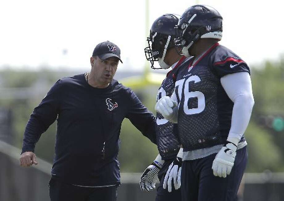 Bill O'Brien, left, speaks with guard Brandon Brooks, center, and tackle Duane Brown Photo: James Nielsen, Houston Chronicle