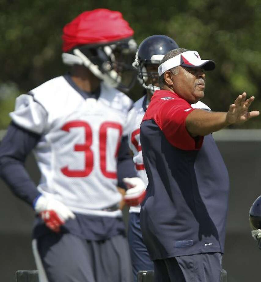 Texans defensive coordinator Romeo Crennel directs his players. Photo: James Nielsen, Houston Chronicle
