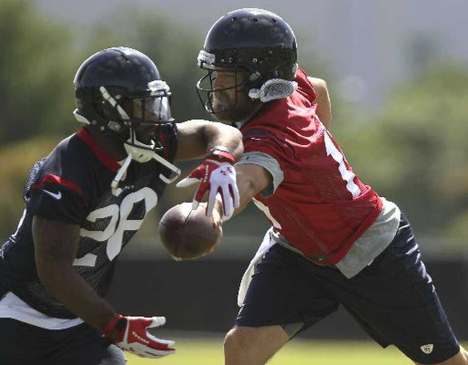 Ryan Fitzpatrick, right, hands the ball off to running back Dennis Johnson. Photo: James Nielsen, Houston Chronicle