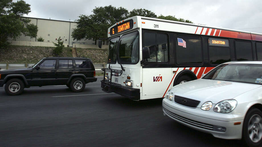 A reader says that a streetcar system would help unclog heavy downtown traffic. Photo: Express-News File Photo / © San Antonio Express-News
