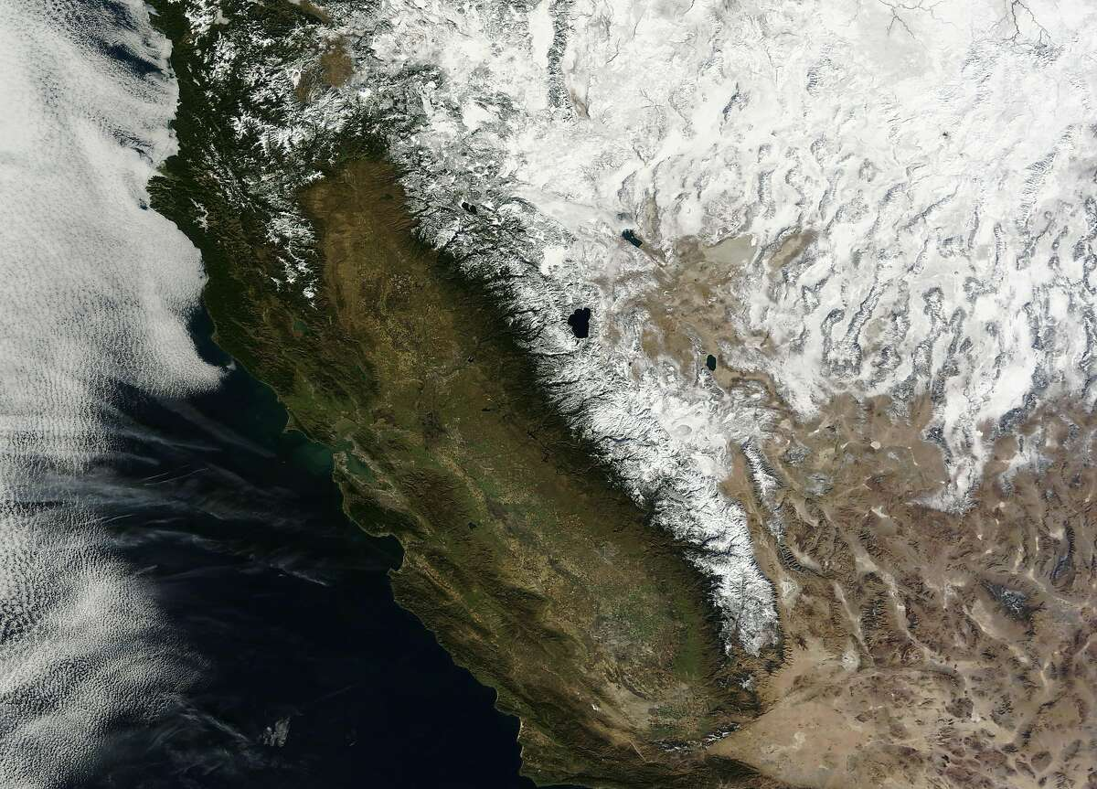 An image from the Moderate Resolution Imaging Spectroradiometer (MODIS) on NASA?•s Terra satellite, taken on January 18, 2013 shows snow throughout the Sierras, as well as a generally green landscape throughout California.